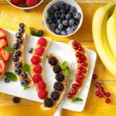 Chiquita-bananensplit met rood fruit en pindakaas voor een gezond ontbijt