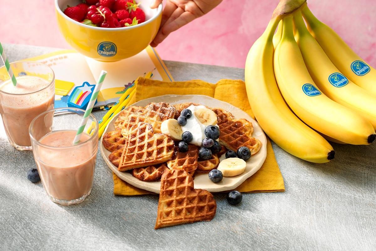 Wafels met Chiquita-bananen, bosbessen en slagroom