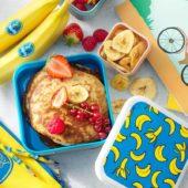 Gemakkelijke Chiquita-bananenpannenkoeken met gemengd rood fruit en bananenchips