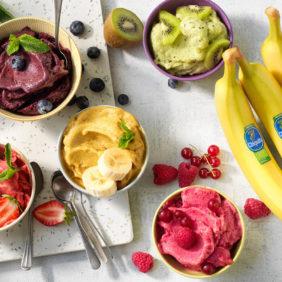 Veganistisch ijs met bolletjes Chiquita-banaan, matcha, kiwi en bessen  Chiquita-recepten