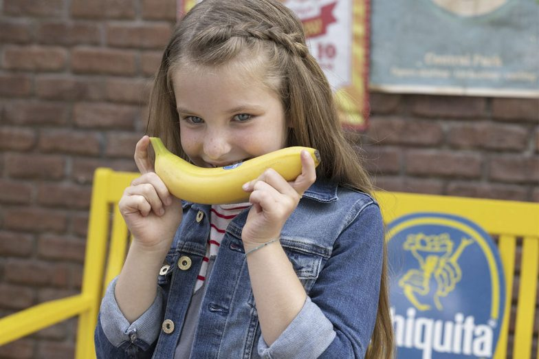 Linda lacht met Chiquita-banaan