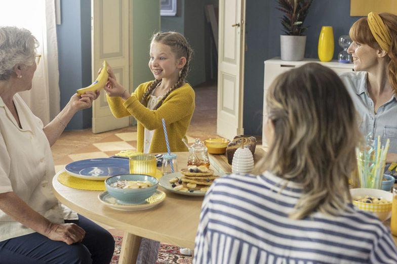 Linda deelt Chiquita-banaan met haar familie