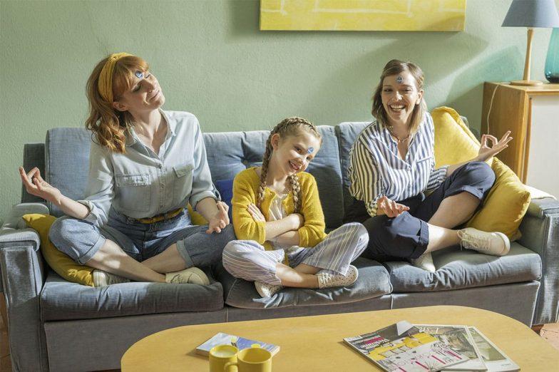 Linda speelt met haar gezin met Chiquita-stickers